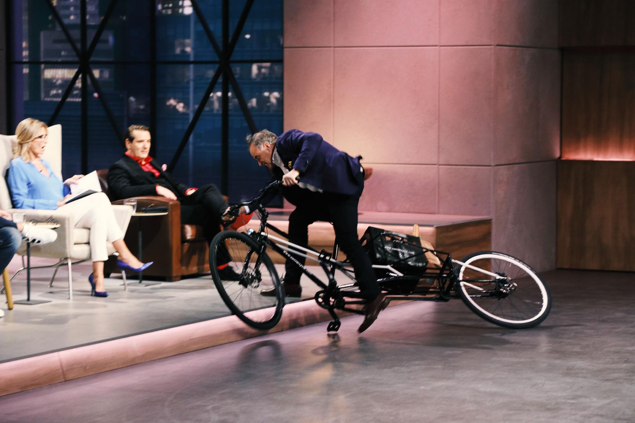 """Investor Dr. Georg Kofler unterzieht das """"Convercycle""""-Fahrrad einem Praxistest"""