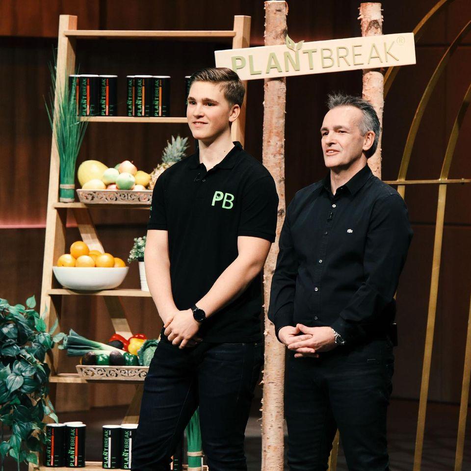 """Max Rongen (r.) und sein Vater Ralf präsentieren in der """"Höhle der Löwen"""" eine vegane, gesunde Backmischung für Fitnessriegel"""