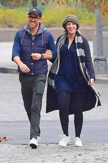Blake Lively und Ryan Reynolds sind frisch gebackene Eltern von drei Kindern. Viel Zeit für Zweisamkeit bleibt da nicht mehr. Am Dienstag wurde das Schauspieler-Paar nun in New York bei einem herbstlichen Brunch-Date gesichtet. Eingemummelt kann die Kälte den zwei Turteltauben nichts anhaben - das Glück und die Liebe füreinander, steht ihnen ins Gesicht geschrieben.