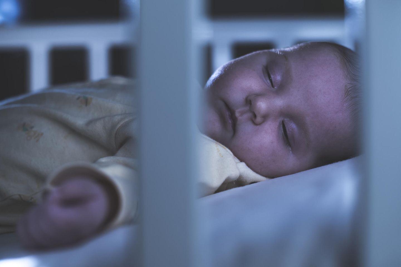Schreck im Babybett (Symbolbild)