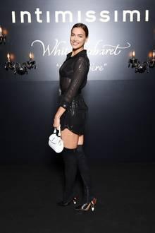 """Das Model ist extra angereist, um sich die Intimissimi Fashion Show mit dem Motto """"White Cabaret"""" anzuschauen."""
