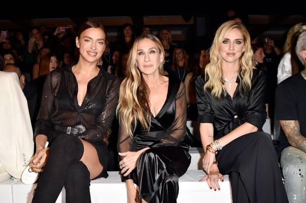 In der Front Row bei Intimissimi nimmt Irina Shayk neben Sarah Jessica Parker und Chiara Ferragni Platz (v.l.n.r.).