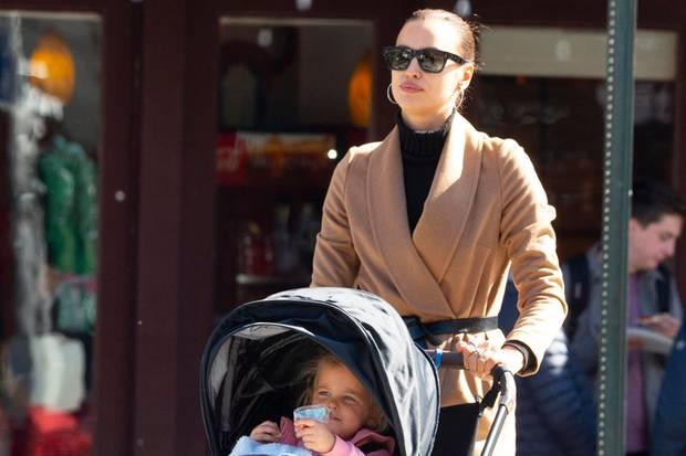 Privat soll es bequem sein: Irina Shayk trägt bei einem Spaziergang mit Töchterchen Lea de Seine Leggins, Rolli, Cardigan und flache Schuhe. Für den extra Glamourfaktor darf natürlich die dunkle Sonnenbrille nicht fehlen.