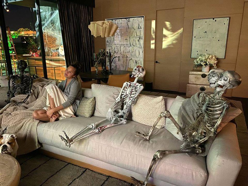 """Diese netten Herrschaften leisten Chrissy Teigen zu Halloween auf dem Sofa Gesellschaft. Die schreibt bei Instagram zu dem lustigen Schnappschuss: """"all my friends are dead""""."""