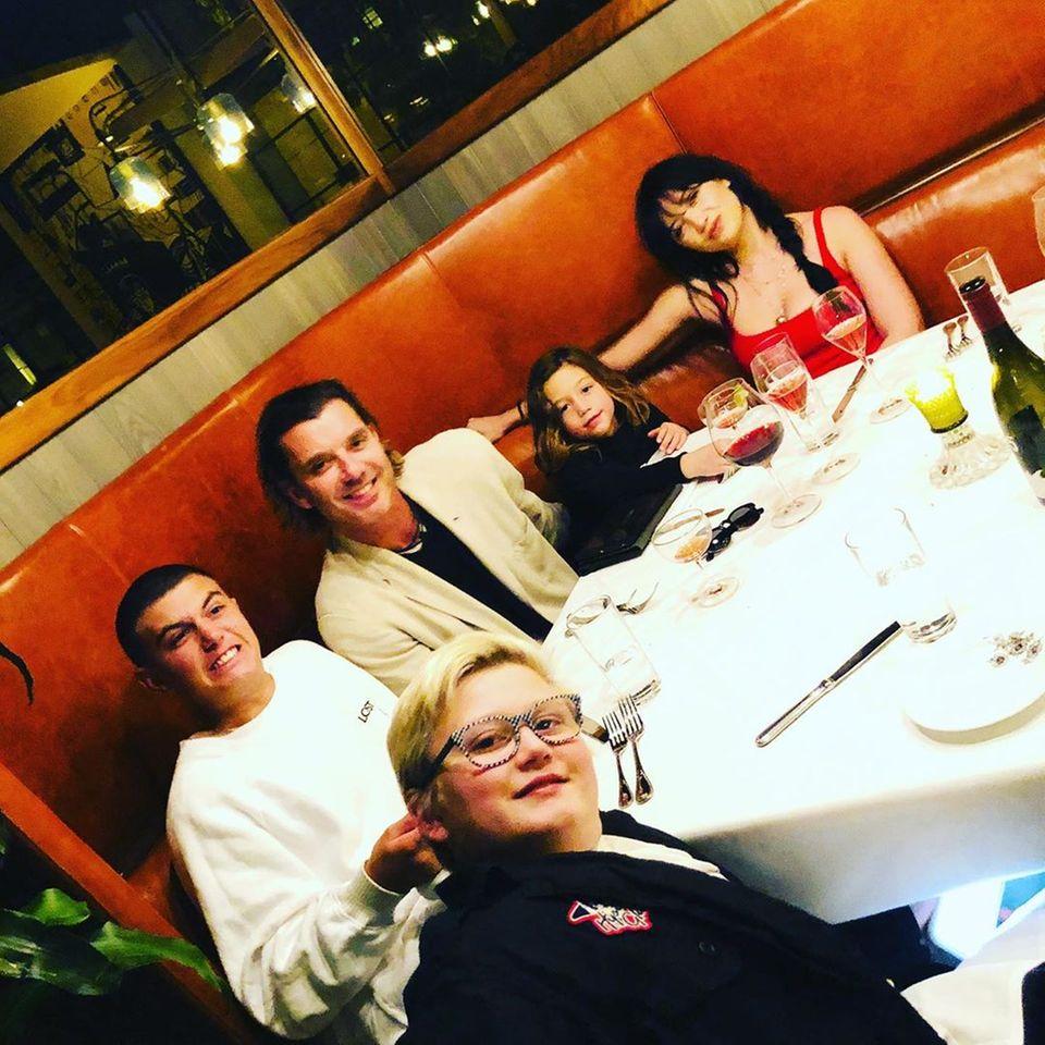 30. Oktober 2019  Gavin Rossdale fühlt sich wie im Himmel. Grund dafür ist ein ein Restaurantbesuch mit allen seinen vier Kindern. Zuma, Kingston, Apollo und Daisy Lowe feiern mit ihrem Vater seinen 54. Geburtstag.