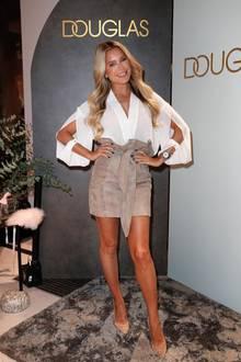 Sylvie Meis präsentiert sich gewohnt stylisch auf dem Red-Carpet der Flagship Store Eröffnung von Douglas in Berlin. Die Cut-Outs ihrer weißen Bluse weiß die Moderatorin besonders gut in Szene zu setzen. Dazu kombiniert die Wahl-Hamburgerin einen beigefarbenen Highwaist-Lederrock mit integriertem Gürtel.