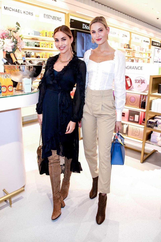 """Ebenfalls unter den Gästen des Abends: Ann-Kathrin Götze und Freundin Mandy Bork. Ann-Kathrin trägt ein dunkelblaues Volant-Kleid von einem ihrer Lieblingsdesigner Zimmermann. Einen Duft, welchen sie besonders gerne trägt? """"J'adore von Dior"""", verrät sie uns im Douglas-Store."""