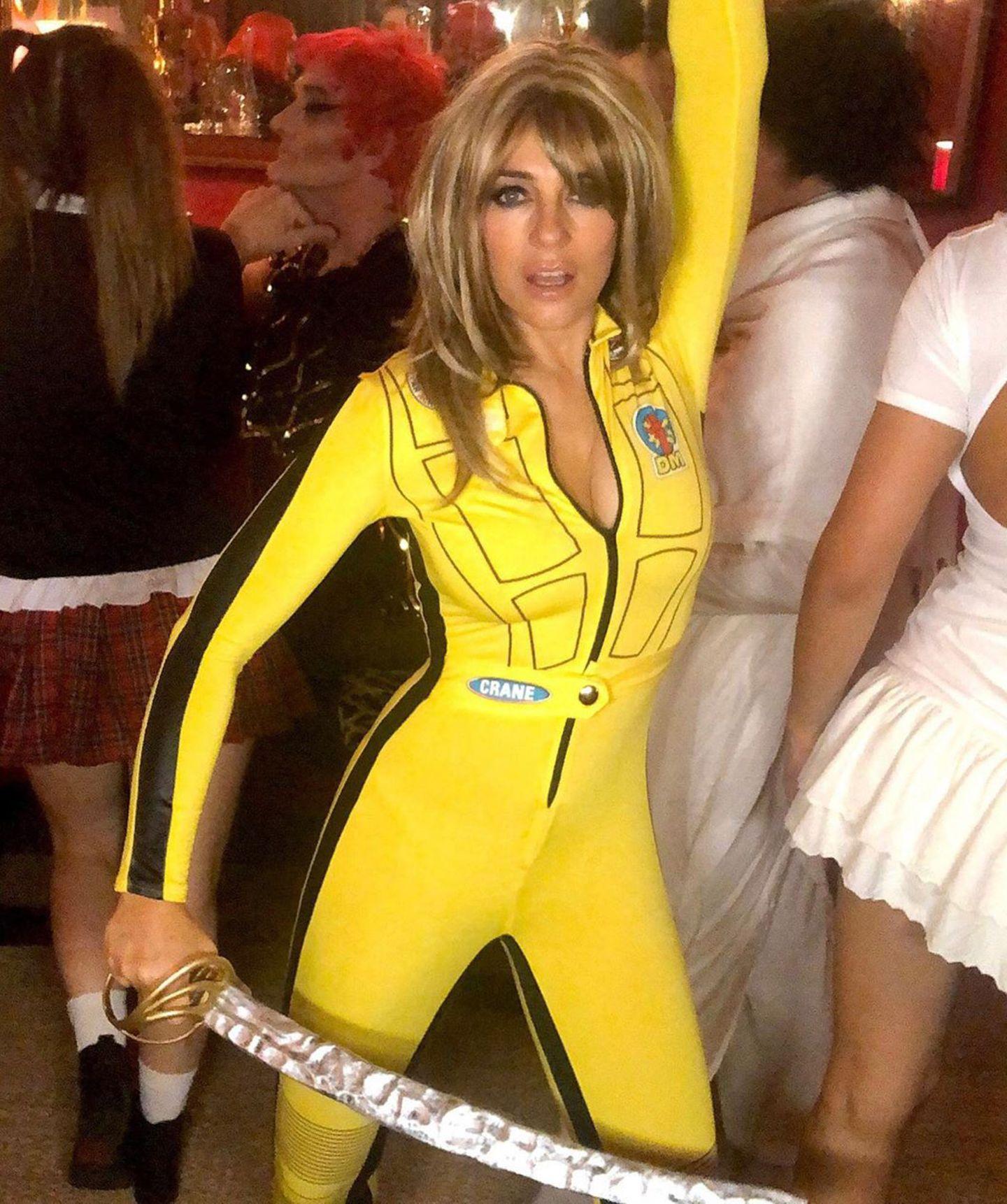 """Elizabeth Hurley setzt mit dem """"Kill Bill""""-Kostüm auf einen echten Klassiker zu Halloween."""