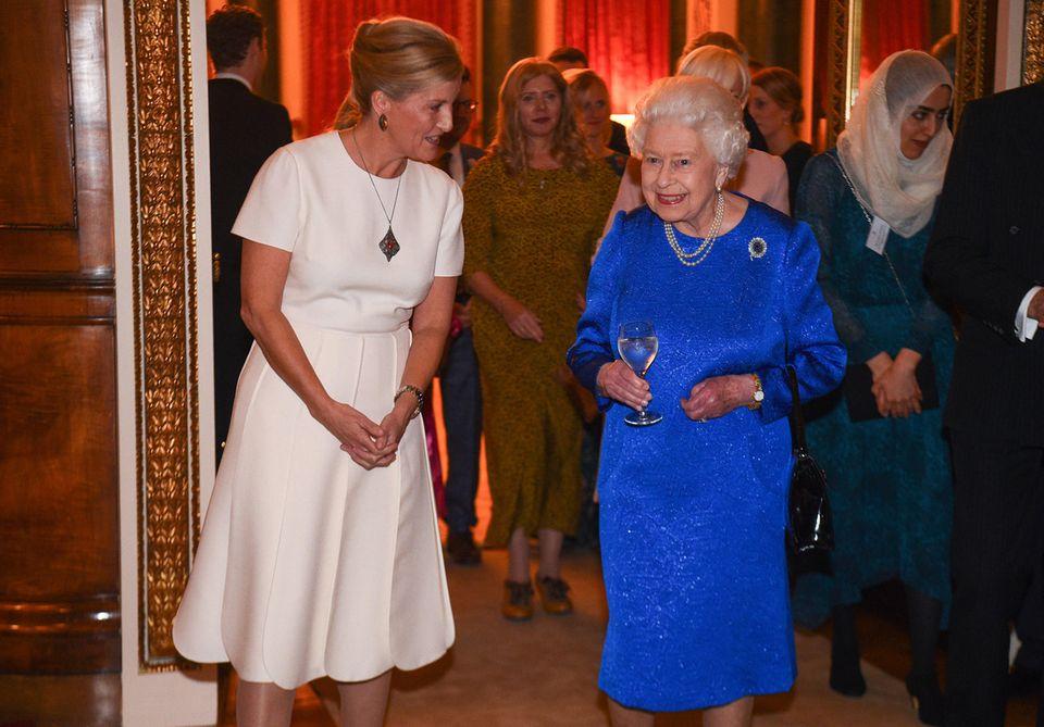 """29. Oktober 2019  Queen Elizabethgibt im Buckingham-Palast einen Empfang zu Ehren der Arbeit des """"The Queen Elizabeth Diamond Jubilee Trust"""" in London . An ihrer Seite ist auch Gräfin Sophie von Wessex."""