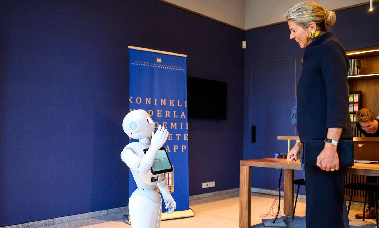 30. Oktober 2019  Königin Máxima trifft beim Besuch in der Königlich Niederländische Akademie der Wissenschaften aufRoboter Leolani.
