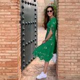 """Irgendwie weckt Ana Ivanovics neuestes Instagram-Postingdie Sehnsucht nach Sommer in uns: In einem grünen Muster-Kleid in Midi-Länge und weißen Sneakern lehnt sie sportlich an der Mauer. Dazu schreibt die Frau von Bastian Schweinsteiger: """"Das Leben ist eine offene Türe""""."""