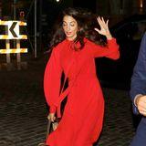 Manchmal wird auch einer High-Heel-erprobten Amal Clooney das Kopfsteinpflaster zum Verhängnis: Sie stolpert in ihren beigefarbenen Jimmy Choo Pumps und kann sich gerade noch so abfangen – und somit ein schlimmeresMalheur verhindern. Doch auch mit Stolpler sieht Amal in ihrem roten Burberry-Kleid einfach hinreißend aus.