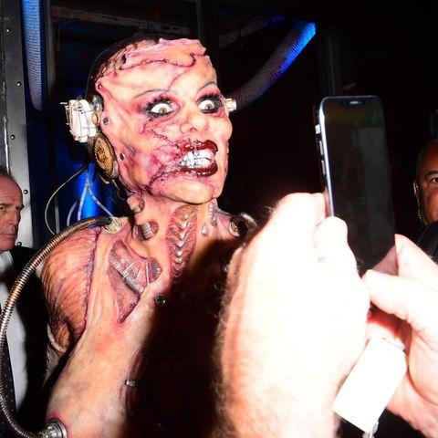 Gruselig gut! Heidi Klum als angsteinflößendes Nackt-Monster. Mit ihrem Kostüm zieht sie alle Halloween-Register und beweist einmal mehr, dass sie die Königin in Sachen Verkleidung ist.