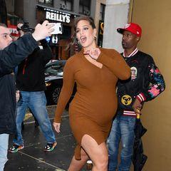 """30. Oktober 2019  Bestlaune mit Babybauch! Auf ihrem Weg zur """"Today""""-Show begrüßt die hochschwangere Ashley Graham ihre Fans vor dem Studio in New York."""