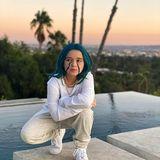 31. Oktober 2019  Richtig! Mit blauen Haaren und weißem Outfit stellt Harper den Billie-Eilis-Look nach, und posiert dann auch noch ganz lässig am Pool in Beverly Hills mit Blick auf Los Angeles.