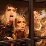 """31. Oktober 2019  Unverkennbar Schwestern! Cara, Poppy und Chloe Delevingne bringen sich mit einer freienSzenen-Interpretation aus dem Film """"Hocus Pocus"""" schon mal in die richtige Halloween-Stimmung."""