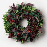 """Nach Halloween kann die Winter- und Weihnachtszeit so richtig beginnen: Mit diesem Kranz fängt die festliche Stimmung schon auf der Türschwelle an! Ob als Geschenk oder für die eigenen vier Wände, aus der """"Festive Collection"""" von Flowerbx, je nach Größe ab 65 Euro"""