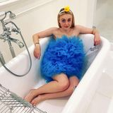Dakota Fanning ist als blauer Schwamm in Badestimmung.