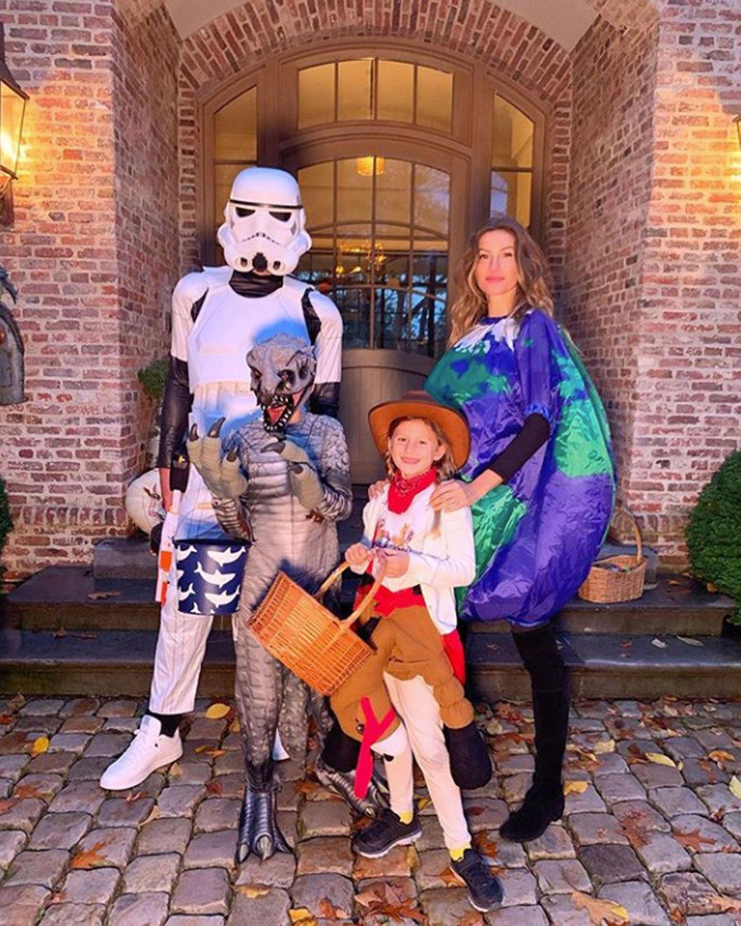 Ob Stormtrooper, Monster, Cowgirl oder Weltkugel: FamilieBündchen-Brady hat ihren Halloween-Spaß jeder, wie er will.