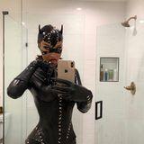 Gigis Schwester Bella Hadid setzt auf den sexy Catwoman-Look, und erfreut ihre Instagram-Fans mit Badezimmer-Selfies.