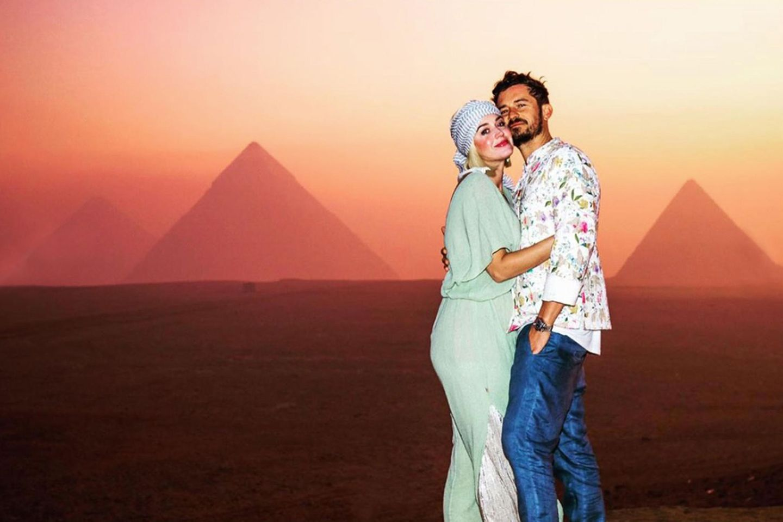 1. November 2019  Romantischer wird's nicht! Katy Perry und Orlando Bloom schicken ihren Instagram-Fans Urlaubsgrüße aus Ägypten. Vor der unwirklich schönen Kulisse der Pyramiden von Gizeh im Sonnenuntergang haben sich die beiden Verliebten ablichten lassen.