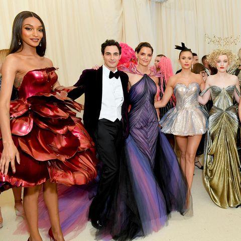 Designer Zac Posen auf der Met Gala 2019 umrahmt von Stars wie Jourdan Dunn, Katie Holmes, Nina Dobrev, Julia Garner, Gia Coppola und Andrew Garfield.