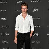 Male Model Lucky Blue Smith lenkt die Aufmerksamkeit auf seine Stiefel.