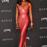 Einen Wahnsinnsauftritt legt Naomi Campbell im rot glitzerndenVersace-Traum hin.