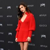 Sexy in Strick: Andie MacDowells Tochter Rainey Qualley