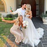 Das 29-jährige Model Renae Ayris hat ihren Verlobten, Andrew Papadopoulos, geheiratet. Die ehemalige Miss Australia trug ein atemberaubendes Kleid von Pallas Couture. Hier posiert die Brautmit Schwester Rachel Ayris.