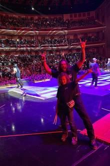 2. November 2019  So sieht es aus, wenn ein aufgekratzter Jason Momoa mit Legenden abhängt. Zusammen mit seinen Kids Lola und hier Nakoa-Wolf kann er das Konzert von Guns'n'Roses in Las Vegas hautnah aus dem Backstage-Bereich miterleben. Und nach dem Konzert gab es natürlich auch ein persönliches Treffen mit Slash, Axl und Co.