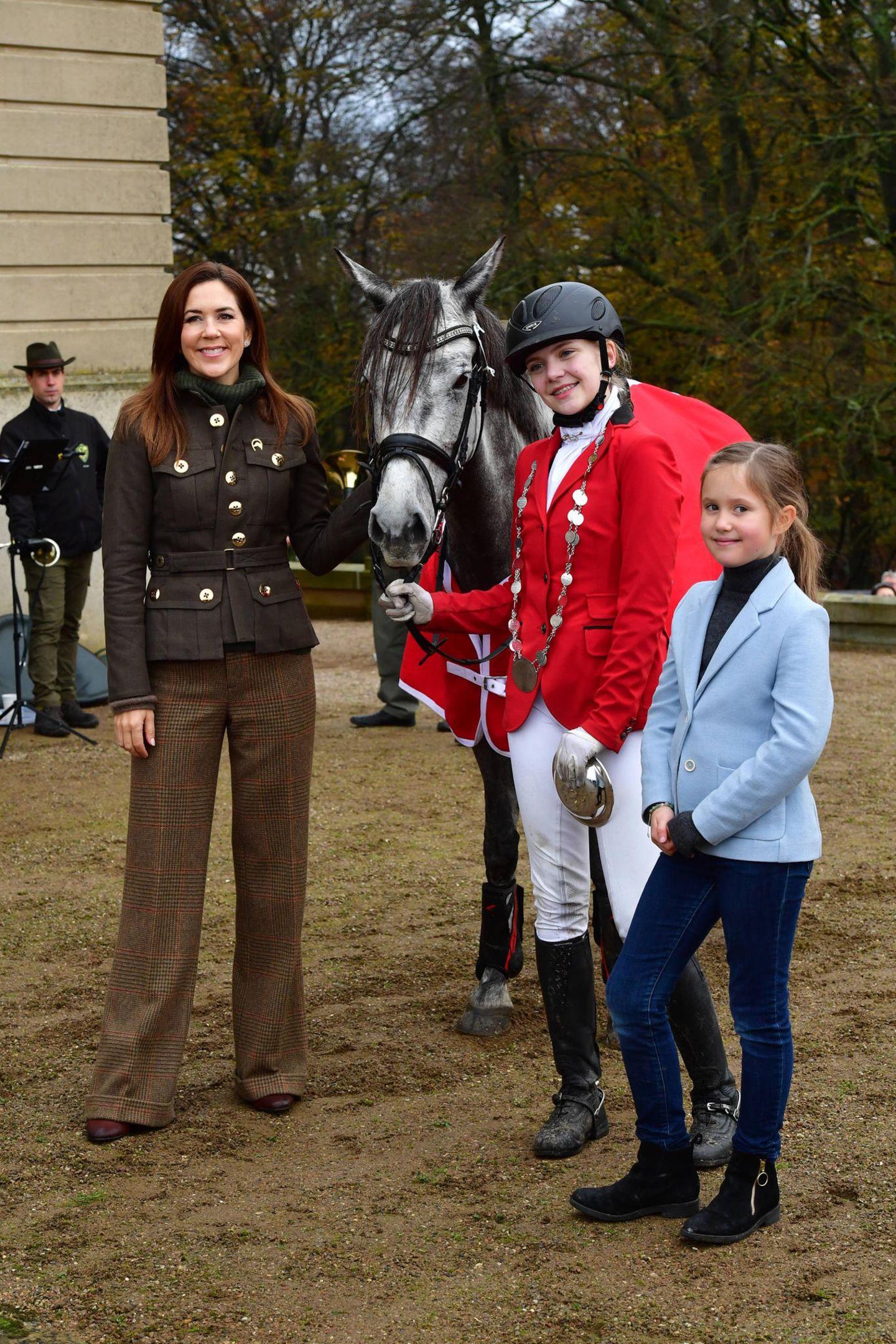 3. November 2019  Und ein Gruppenfoto mit einer jungen Reiterin und ihrem Pferd gehört für Prinzessin Mary und ihre Tochter auch dazu.