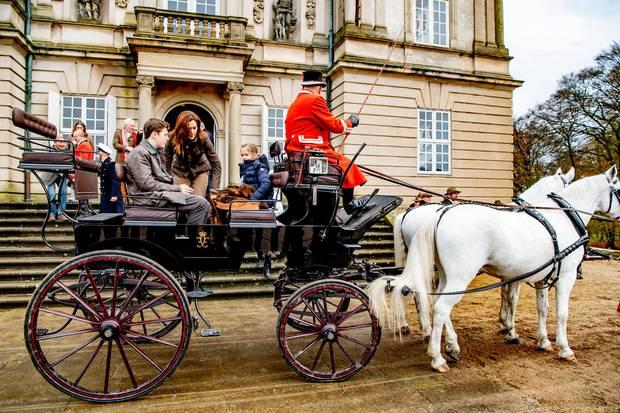 3. November 2019  Im letzten Jahr besuchte noch die ganze dänische Kronprinzenfamilie die traditionelle Hubertusjagd im Hirschpark Dyrehaven in Klampenborg. Heute haben es aber immerhin Prinzessin Mary mit ihrem Ältesten Prinz Christian und Prinzessin Josephine per Kutsche zum Schloss Eremitage geschafft.