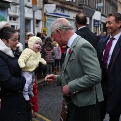 Hach, da haben sich zwei gefunden! Prinz Charles und dieses kleine Würmchen scheinen auf Anhieb Sympathie füreinander zu empfinden – oder zumindest großes Interesse. Bei einem offiziellen Termin in der schottischen Stadt Hawick im Rahmen des Besuchs der Scottish Borders am 1. November konnten der Royal und sein XXS-Fan kaum die Augen voneinander lassen.