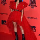 Rapperin Becky G kombiniert zu der Traumrobe von Giambattista Valli x H&M klobige Stiefel mit Plateau-Absatz.
