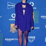 Im Gewinnerraum trägt Dua Lipa blau. Ihr Outfit ist von Mugler.