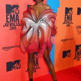 Leomie Anderson wirkt wie eine riesige Blume. Das Model trägt Iris van Herpen Couture.