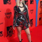 """""""Sweet, but a psycho""""-Sängerin Ava Max im asymmetrischen Metall-Look und mit ihrem Markenzeichen, der platinblonden Wallemähne, die sie ebenfalls auf einer Seite länger trägt als auf der anderen."""
