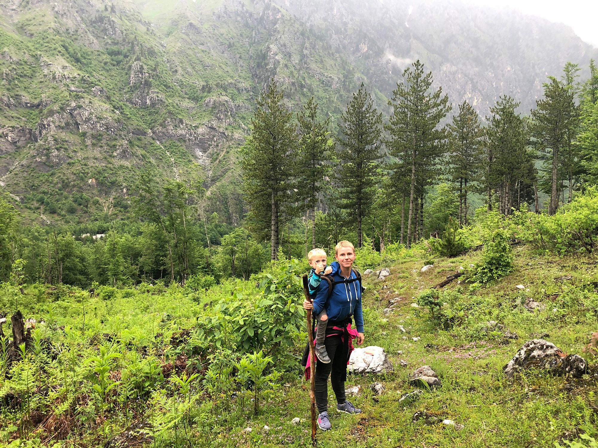 Daumen hoch für dieses abenteuerlustige Reisegespann: Gabriela Urban mit ihrem vierjährigen Sohn