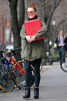 JulianneMoore entscheidet sich für ein Geschenkpapier in klassischem Rot, in das sie ihr weihnachtliches Präsent hüllt. Voller Vorfreude trägt sie es durch die Straßen New Yorks.