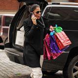 Mit kunterbunten Weihnachtstüten in der Hand wird Bethenny Frankel im New Yorker Stadtteil Tribeca gesichtet. Ihre Präsente schützt sie mit feinem Seidenpapier vor neugierigen Blicken.