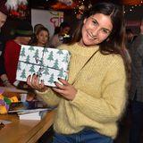Auch Chryssanthi Kavazi verpackt fleißig kleine und große Geschenke für die Kids.