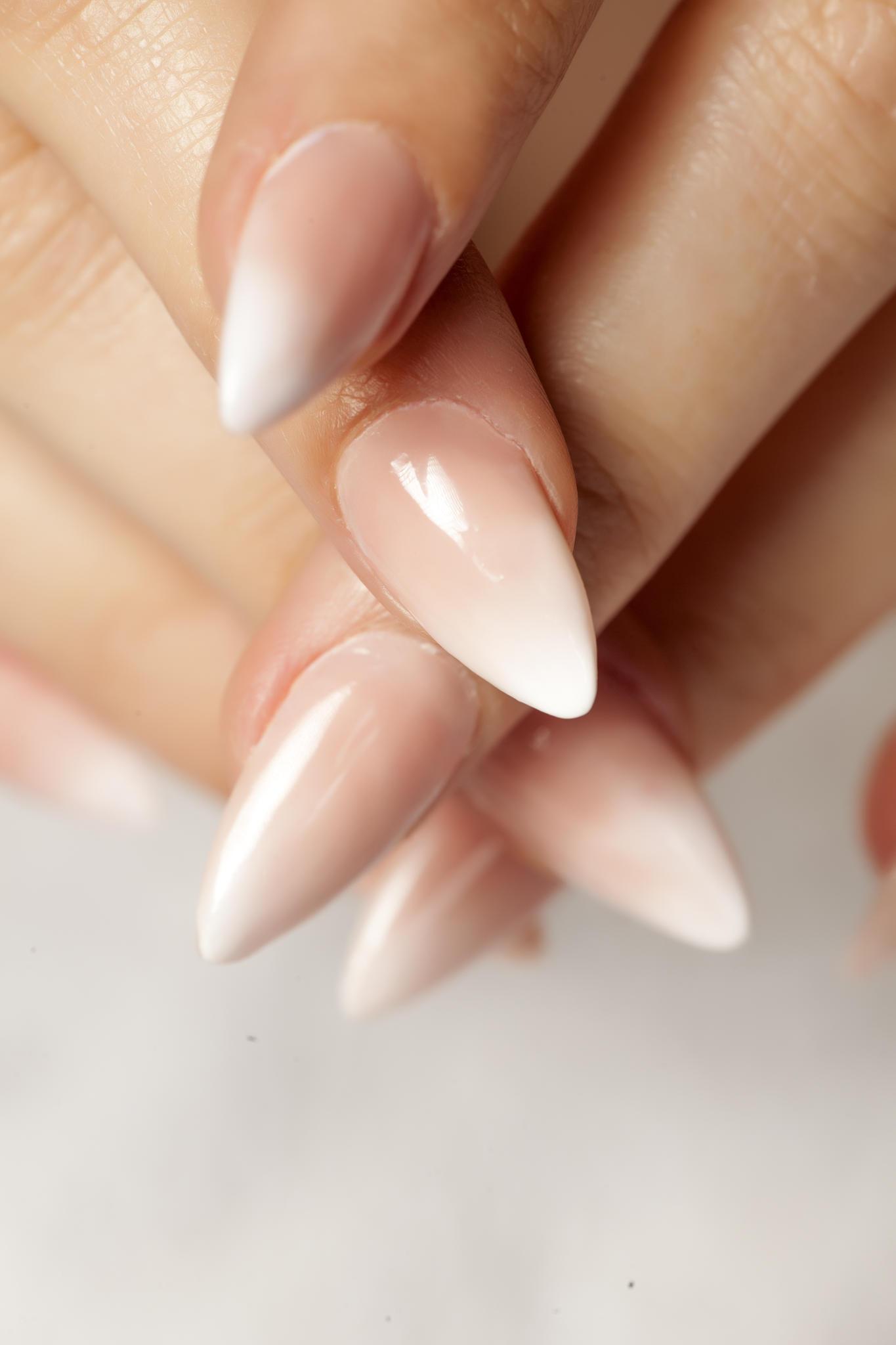 Babyboomer Nails sind besonders bei Bräuten sehr beliebt.