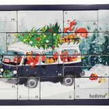 """Ein Adventskalender, der für eine ordentliche Weihnachtsfeeling sorgt, ist der von """"foodloose"""". Dank cremigem Bio-Brotaufstrich, saftigen Fruchtherzen, festlichem Christbaumschmuck, veganen Rezeptideen und positiven Sprüchen sind jede Menge Abwechslung und """"Good Vibes"""" in der dunklen Jahreszeit garantiert, kostet ca. 60 Euro."""