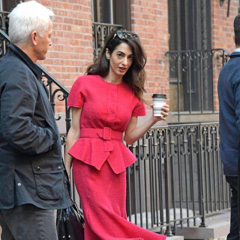 Momentan setzt Amal Clooney am liebsten, wie hier auf dem Weg zur Columbia Law School in New York, auf Ton-in-Ton-Outfits. Ihre Kombination aus Oberteil mit Schößchen und Taillengürtel sowie einem schwingendem Midi-Rock zaubert der 41-Jährigen eine großartige Figur - und setzt farblich ein Akzent im derweil grauem November. Ihr Clou: Sie wählt zwar eine sommerliche Farbe, doch das feste Tweed-Material des Zweiteilers hält warm und macht den Look herbsttauglich.