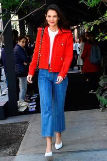 """Schlichtes weißes Shirt, Jeans, weiße Pumps – und dazu eine Tweedjacke von Chanel in Signalrot (6000 Euro): So stylish besuchtKatie Holmes das """"Women's Filmmaker Program""""in New York. Damit zeigt sie mal wieder, dass man Basics ganz unkompliziert mit einem Hingucker-Teil aufwerten kann.Auch wenn Frauen mit Normalo-Budget sicher ein bisschen länger auf das schöne Designer-Stück hinsparen müssen…"""