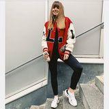 Das L auf der College-Jacke dieser Spielerfrau steht wahrscheinlich für Lewandowski! Anna, die selbst eine absolute Sportskanone ist, beweist, wie stylisch ein sportlicher Fan-Look sein kann.