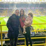 """Beatriz Viana zeigt sich auf der Tribüne des BVB-Stadions ziemlich leger. Passend zu ihrem roten Pullover trägt die spanische Frau von Paco Alcacer roten Lippenstift. Ihr schönstes """"Accessoire"""" ist an diesem Tag jedoch Töchterchen Martina."""