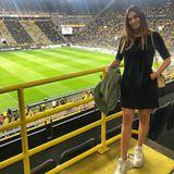 Melanie Akanji ist die Frau von BVB-Verteidiger Manuel Akanji. Bei ihrem Stadion-Look setzt sie auf echte Klassiker, trägt ein schlichtes, schwarzes Dress, Balenciaga-Sneaker und It-Bag.