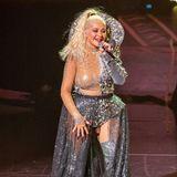 Ihr Beauty-Wandel geht auch im Jahr 2019 weiter:Auf der Konzertbühne in Dublin gibt Christina Aguilera gesanglichihr Bestes und überzeugt mit ihrer einzigartigenStimme. Ihre Mimik wirkt während der Performance jedoch versteinert – auch ihre Gesichtszüge scheinen übernatürlich straff.